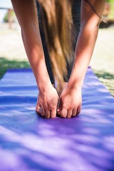 Vrouw doet yoga buiten