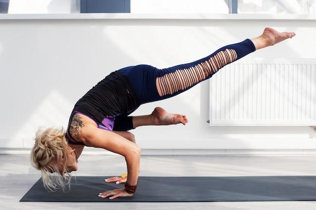 Vrouw doet yoga handstand oefening