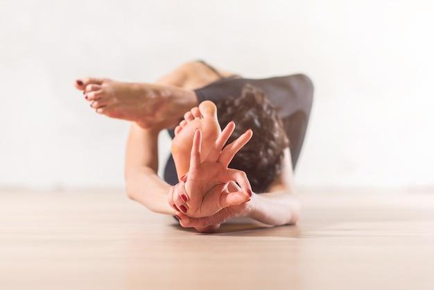 Vrouw doet yoga-meditatie en rekoefeningen