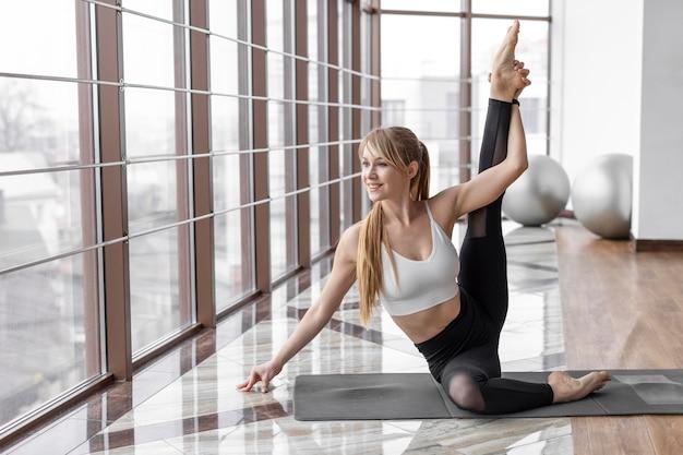 Vrouw doet yoga volledig schot