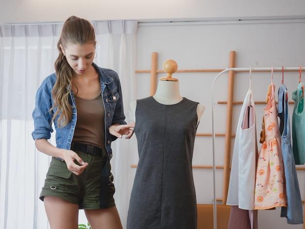 Vrouw doet zaken in haar huis, vrouwen bieden haar kleding online te koop aan