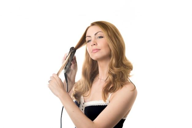 Vrouw door het stellen van de platen in je haar