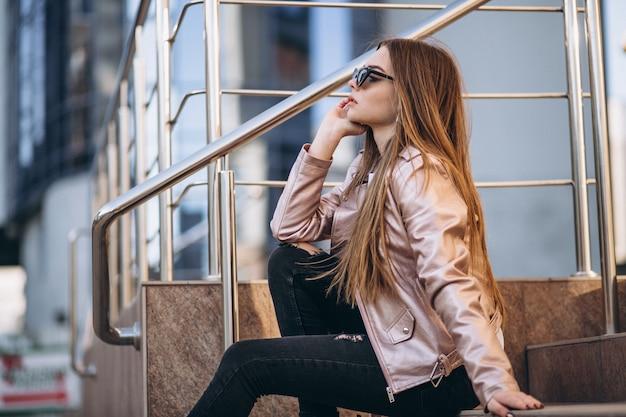 Vrouw door het zakencentrum