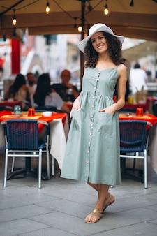 Vrouw door restaurant in venetië