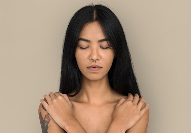 Vrouw doorboorde neus ring blote borst arts kalm vreedzaam