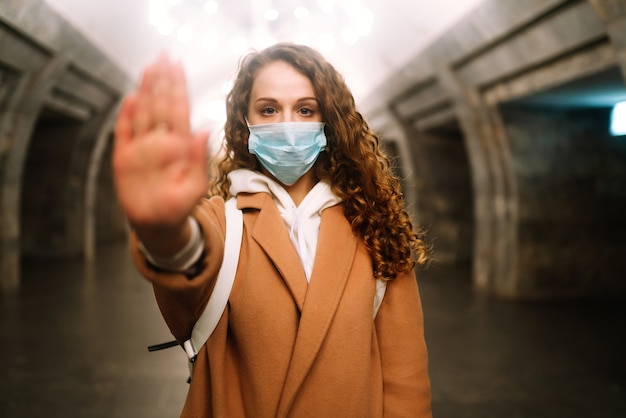 Vrouw, draag gezichtsmasker, bescherm tegen virusinfectie, pandemie, uitbraak en epidemie van ziekten in quarantainestad.