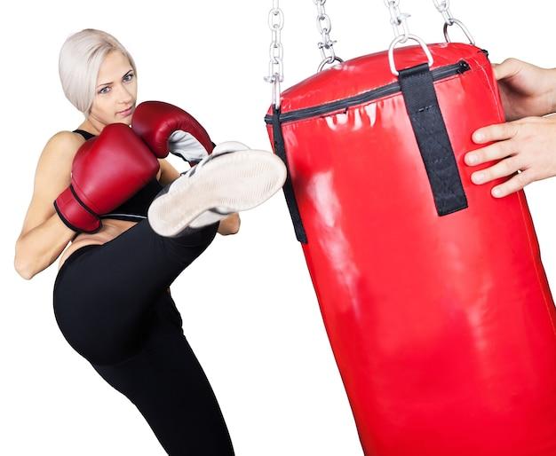 Vrouw draagt bokshandschoenen geïsoleerd op