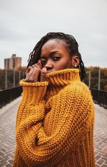 Vrouw draagt bruine gebreide trui