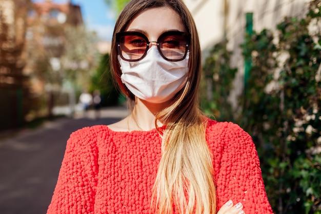 Vrouw draagt buiten handgemaakt beschermend masker tijdens coronavirus covid-19 pandemie