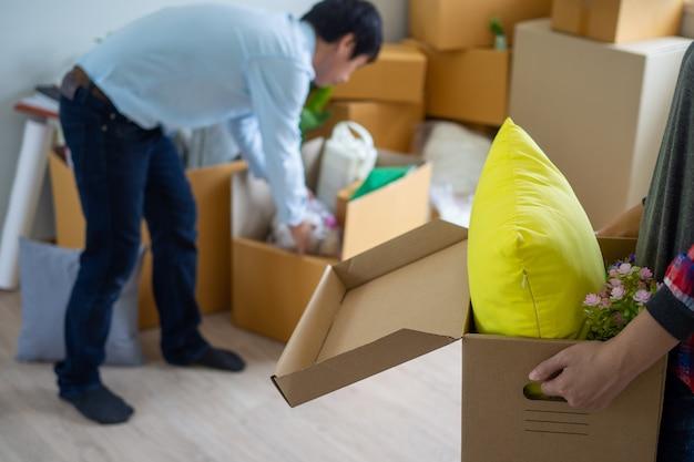 Vrouw draagt de doos voor persoonlijke spullen