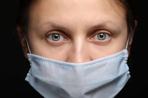Vrouw draagt een beschermend masker