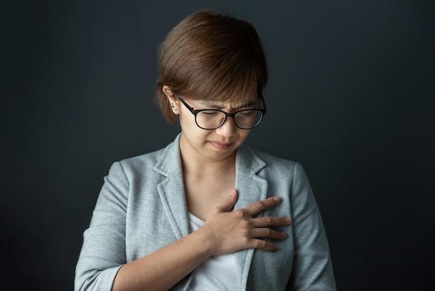 Vrouw draagt een bril met pijn op de borst.