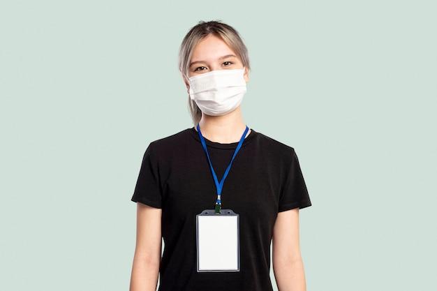 Vrouw draagt een gezichtsmasker met een naamplaatje