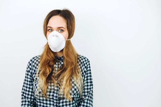 Vrouw draagt een gezichtsmasker op een witte achtergrond. beschermende medicijnen tegen coronavirus. de covid 2019-epidemie.