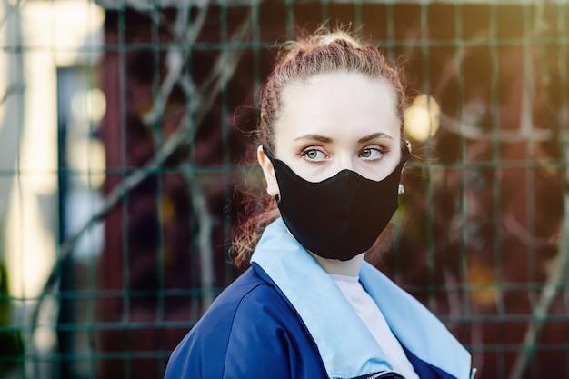 Vrouw draagt een gezichtsmasker op straat tijdens de uitbraak van het coronavirus