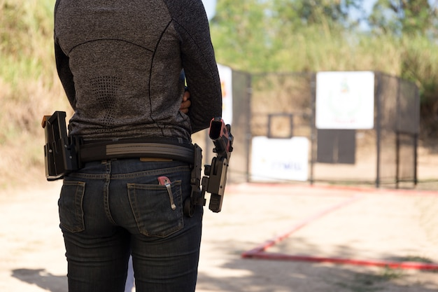 Vrouw draagt een pistool in zijn tailleband