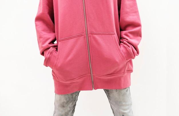 Vrouw draagt een roze jas