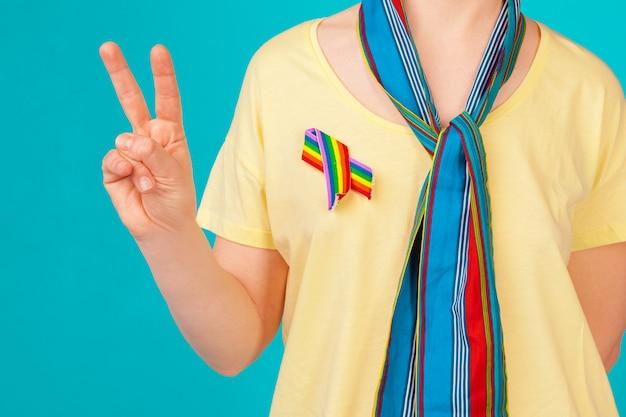 Vrouw draagt gay pride bewustzijn lint
