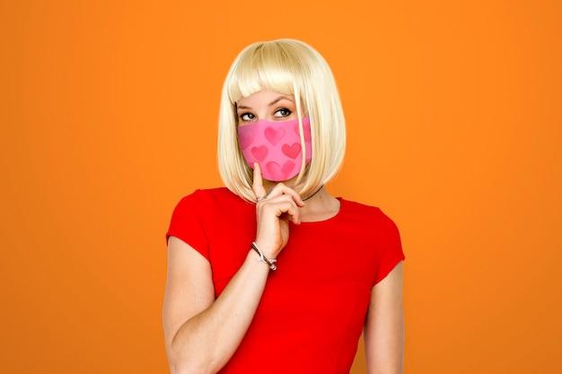 Vrouw draagt gezichtsmasker om covid te voorkomen 19