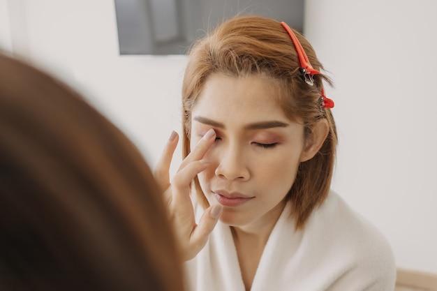 Vrouw draagt make-up van de visagist