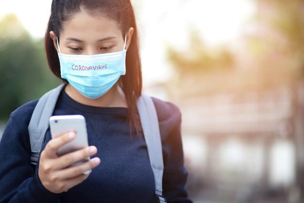 Vrouw draagt masker om covid-19 te voorkomen