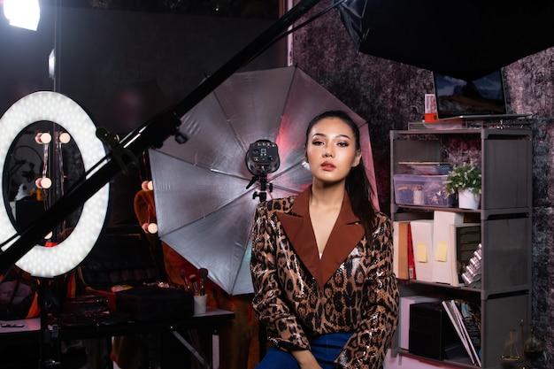 Vrouw draagt mode jas in studio