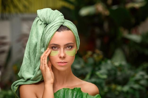 Vrouw draagt ooglapjes van hydrogel