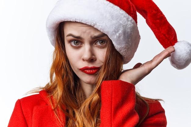 Vrouw draagt santa cosmetica kostuum poseren mode vakantie kerstmis