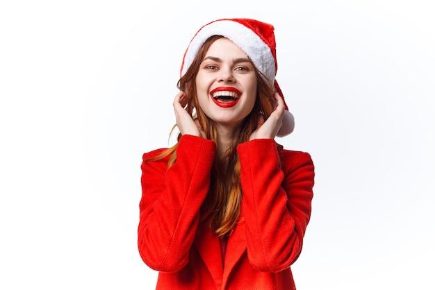 Vrouw draagt santa kostuum kerst emotie poseren mode