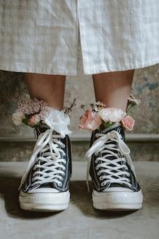 Vrouw draagt schoenen met bloemen
