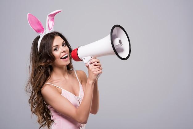 Vrouw draagt sexy konijntjeskostuum