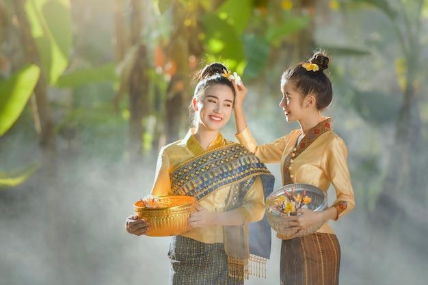 Vrouw draagt traditionele klederdracht van laos, vintage stijl, laos-cultuur, laos