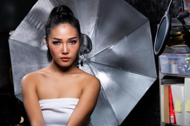 Vrouw draagt witte top in studio
