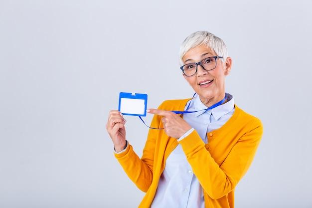 Vrouw dragen lege verticale id badge mockup