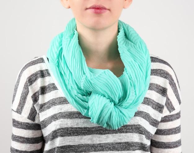 Vrouw dragen sjaal close-up Premium Foto