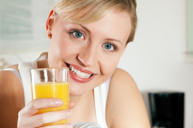 Vrouw drinken sinaasappelsap