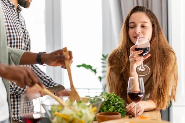 Vrouw drinken van wijn close-up Premium Foto
