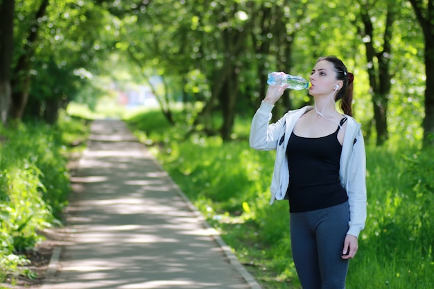 Vrouw drinkt watersport
