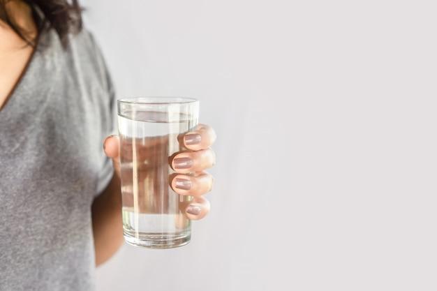 Vrouw drinkt zoet water in de ochtend