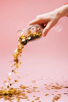 Vrouw drop spangles van glas