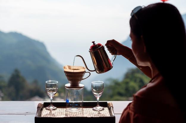 Vrouw druipende koffie bij phahee village, chiang rai, thailand