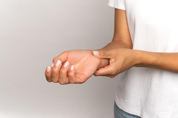 Vrouw drukt vingers op pols controleer pols vrouwelijke aanraking arm meet hartslag of bloeddruk