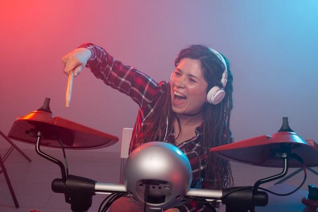 Vrouw drummer in een opnamestudio
