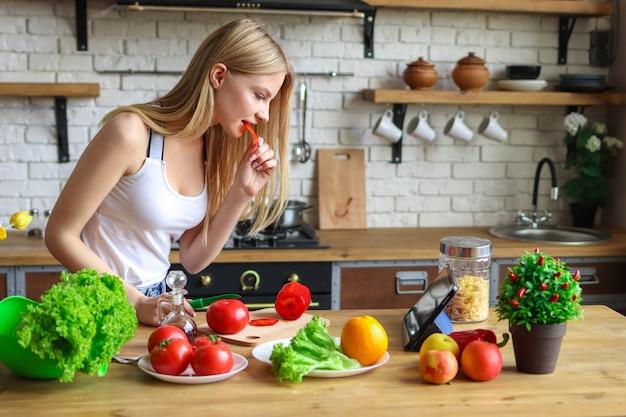 Vrouw eet om te koken, vrouw kookt diner thuis