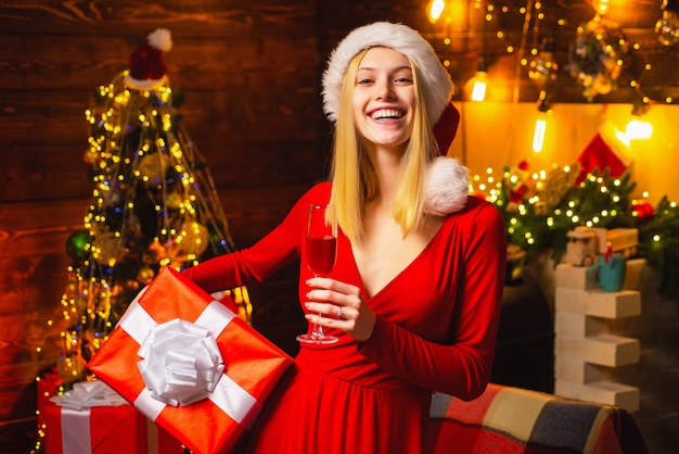 Vrouw elegante meisje rode jurk kerstmis vieren