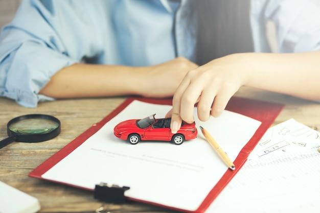 Vrouw en auto op tafel