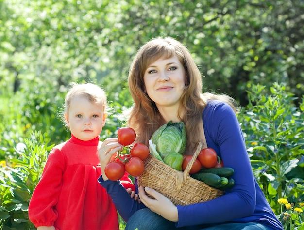 Vrouw en baby met groente oogst