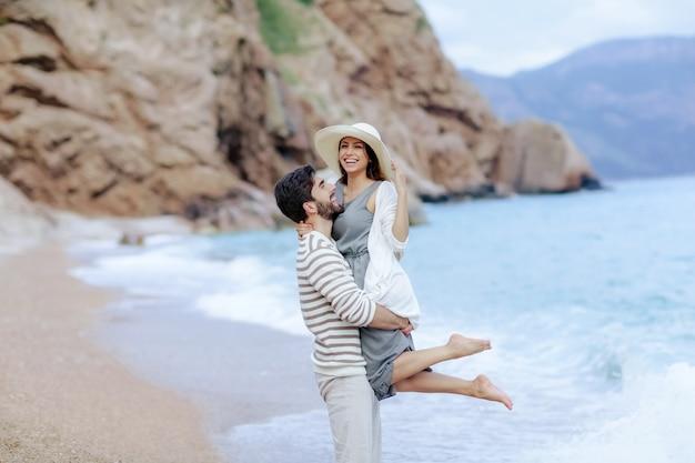 Vrouw en blanke man een paar op vakantie op het strand samen verliefd