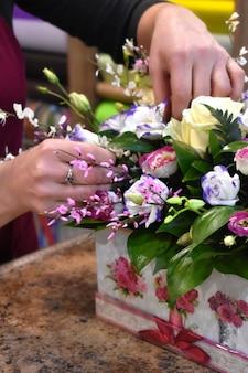 Vrouw en boeket bloemen. bloemen voor de bloemenwinkel. boeket directory bloemenwinkel.