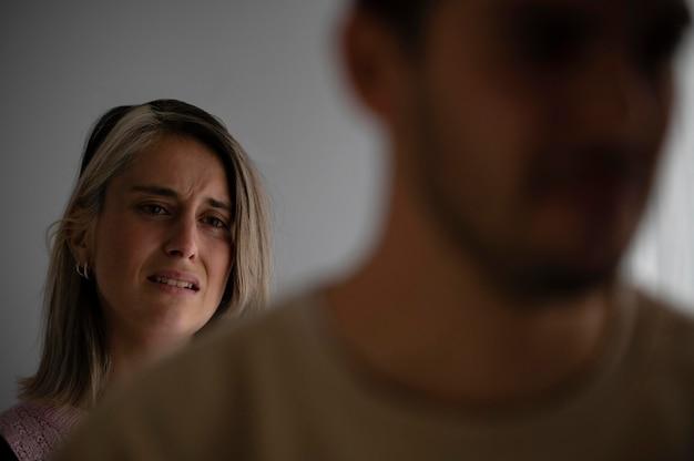 Vrouw en echtgenoot hebben ruzie
